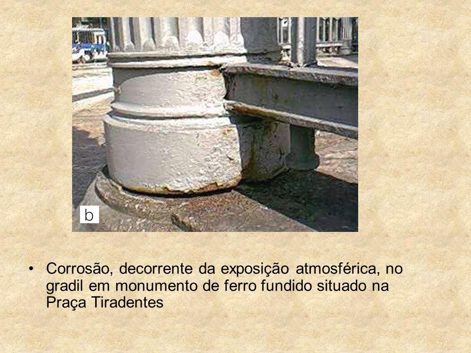 Corrosão, decorrente da exposição atmosférica, no gradil em monumento de ferro fundido situado na Praça Tiradentes