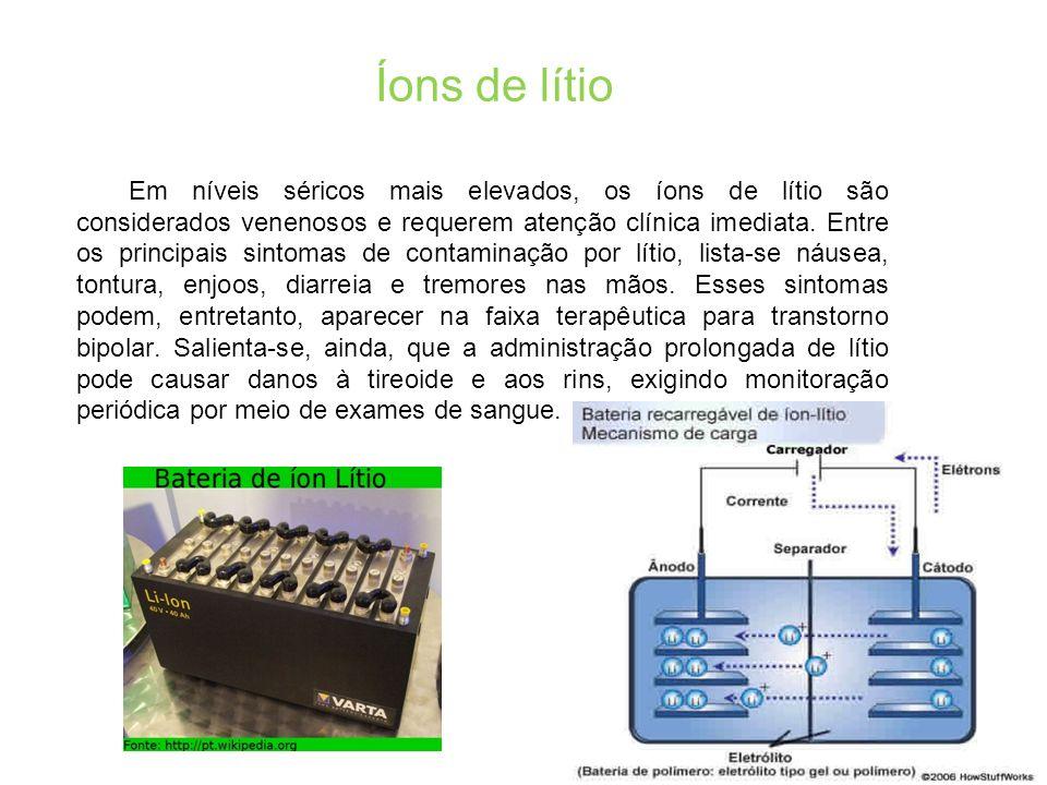 Íons de lítio Em níveis séricos mais elevados, os íons de lítio são considerados venenosos e requerem atenção clínica imediata.