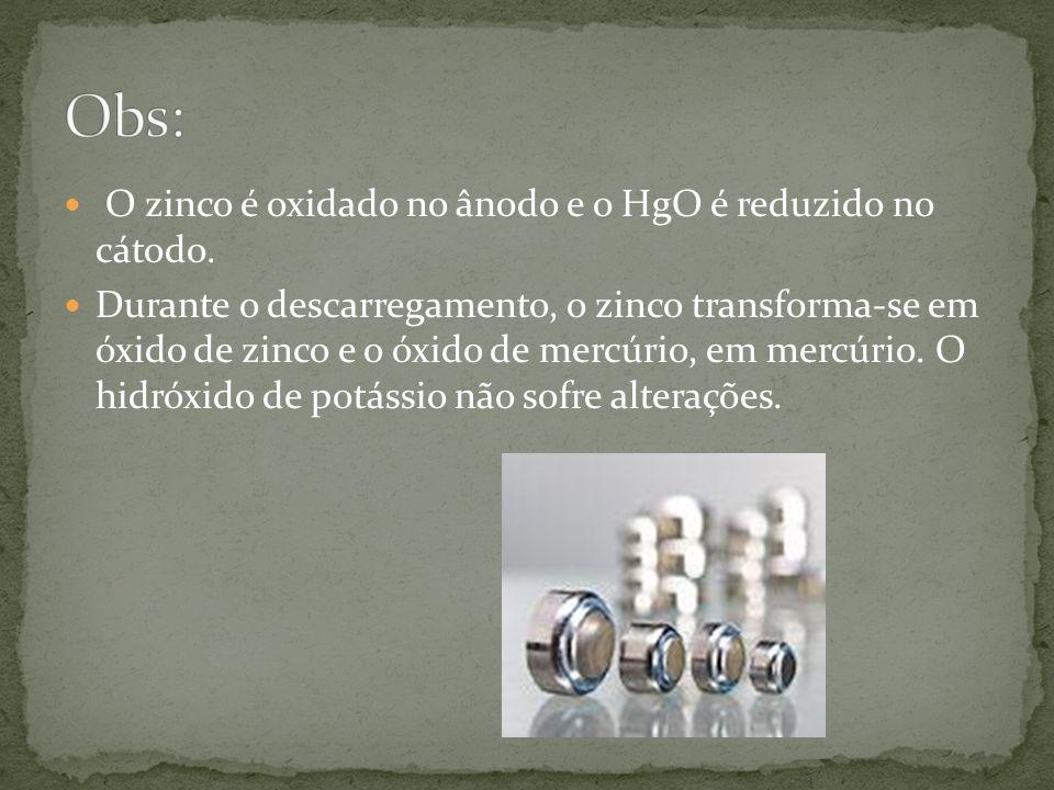 O zinco é oxidado no ânodo e o HgO é reduzido no cátodo.