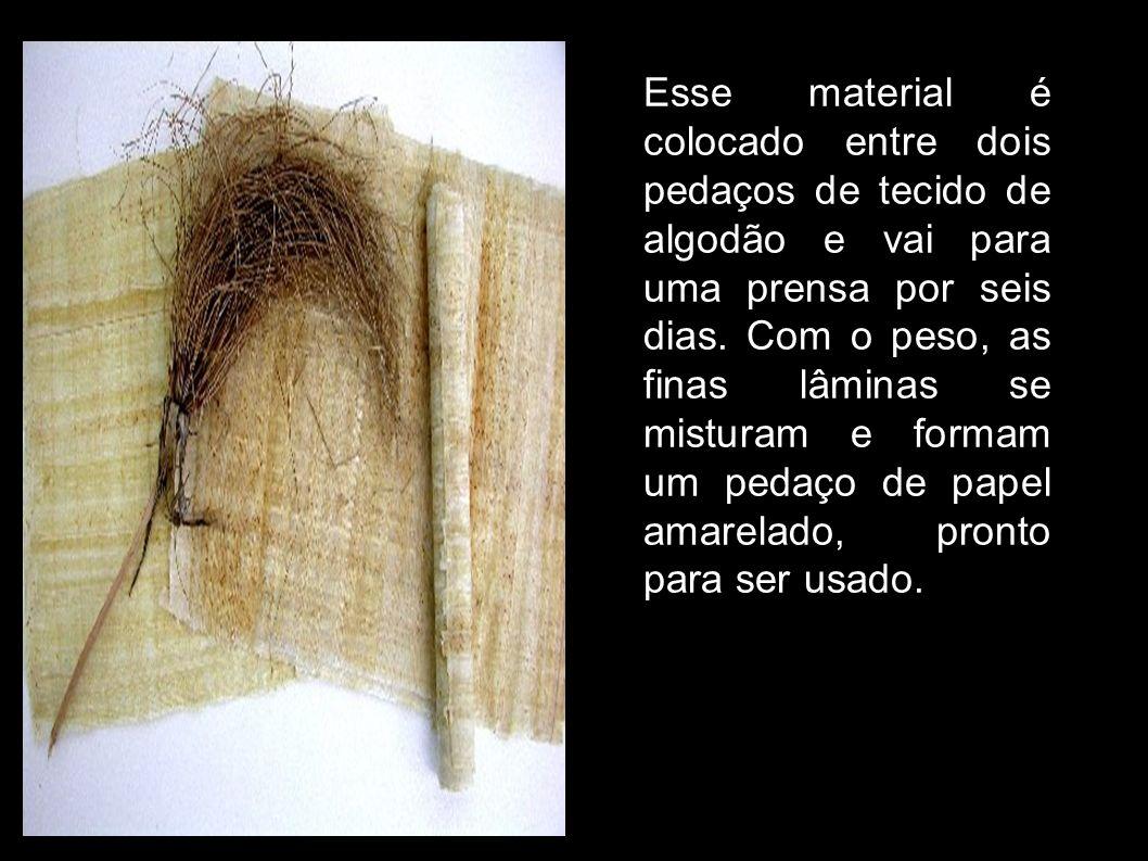 Esse material é colocado entre dois pedaços de tecido de algodão e vai para uma prensa por seis dias. Com o peso, as finas lâminas se misturam e forma