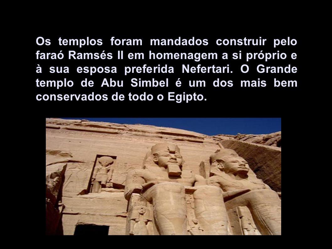 Os templos foram mandados construir pelo faraó Ramsés II em homenagem a si próprio e à sua esposa preferida Nefertari. O Grande templo de Abu Simbel é