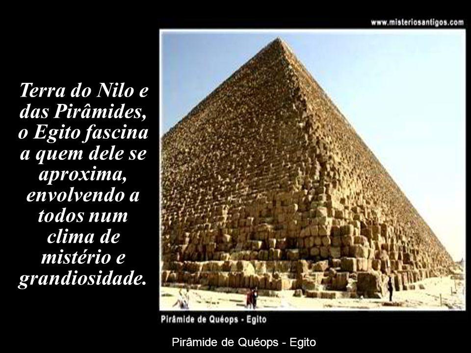 Terra do Nilo e das Pirâmides, o Egito fascina a quem dele se aproxima, envolvendo a todos num clima de mistério e grandiosidade. Pirâmide de Quéops -