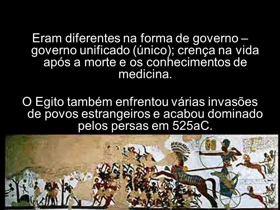 Eram diferentes na forma de governo – governo unificado (único); crença na vida após a morte e os conhecimentos de medicina. O Egito também enfrentou