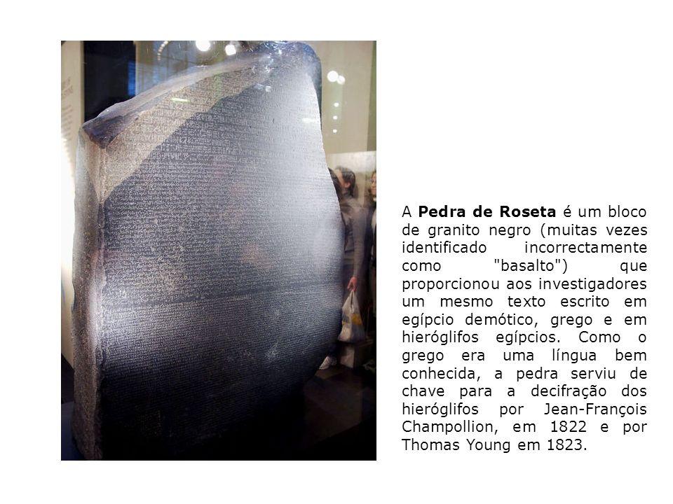A Pedra de Roseta é um bloco de granito negro (muitas vezes identificado incorrectamente como
