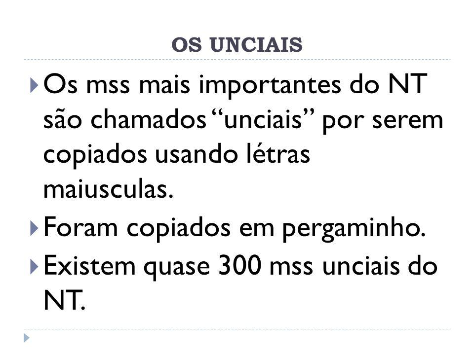 OS UNCIAIS Os mss mais importantes do NT são chamados unciais por serem copiados usando létras maiusculas. Foram copiados em pergaminho. Existem quase