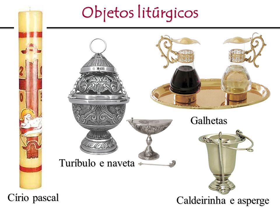 Objetos litúrgicos Círio pascal Turíbulo e naveta Galhetas Caldeirinha e asperge