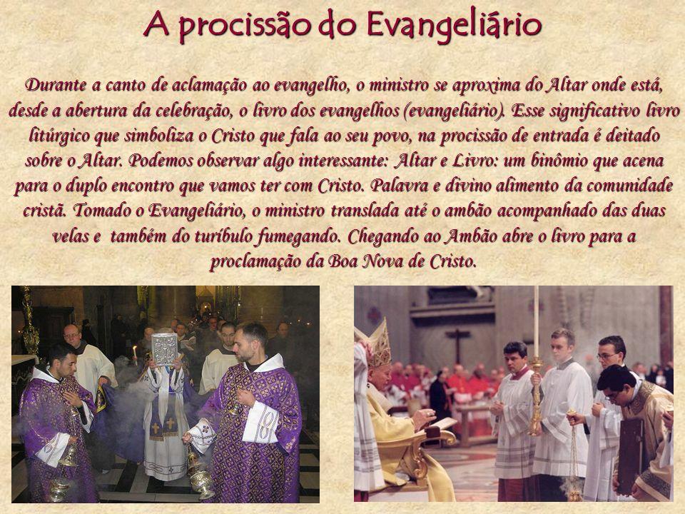 A procissão do Evangeliário Durante a canto de aclamação ao evangelho, o ministro se aproxima do Altar onde está, desde a abertura da celebração, o li