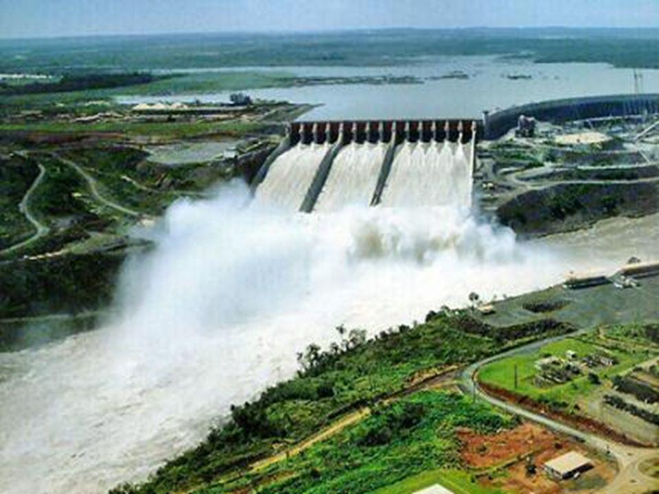 Usinas Hidrelétrica A força da água em movimento é conhecida como energia potencial, essa água passa por tubulações da usina com muita força e velocidade, realizando a movimentação das turbinas.