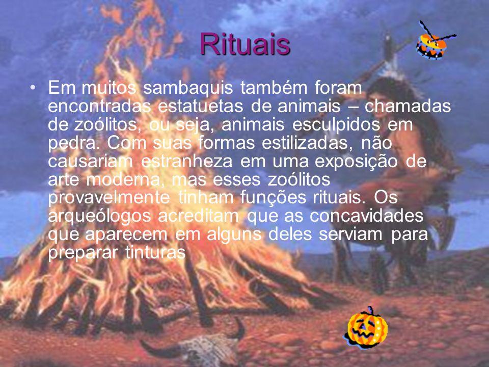 Rituais Em muitos sambaquis também foram encontradas estatuetas de animais – chamadas de zoólitos, ou seja, animais esculpidos em pedra.