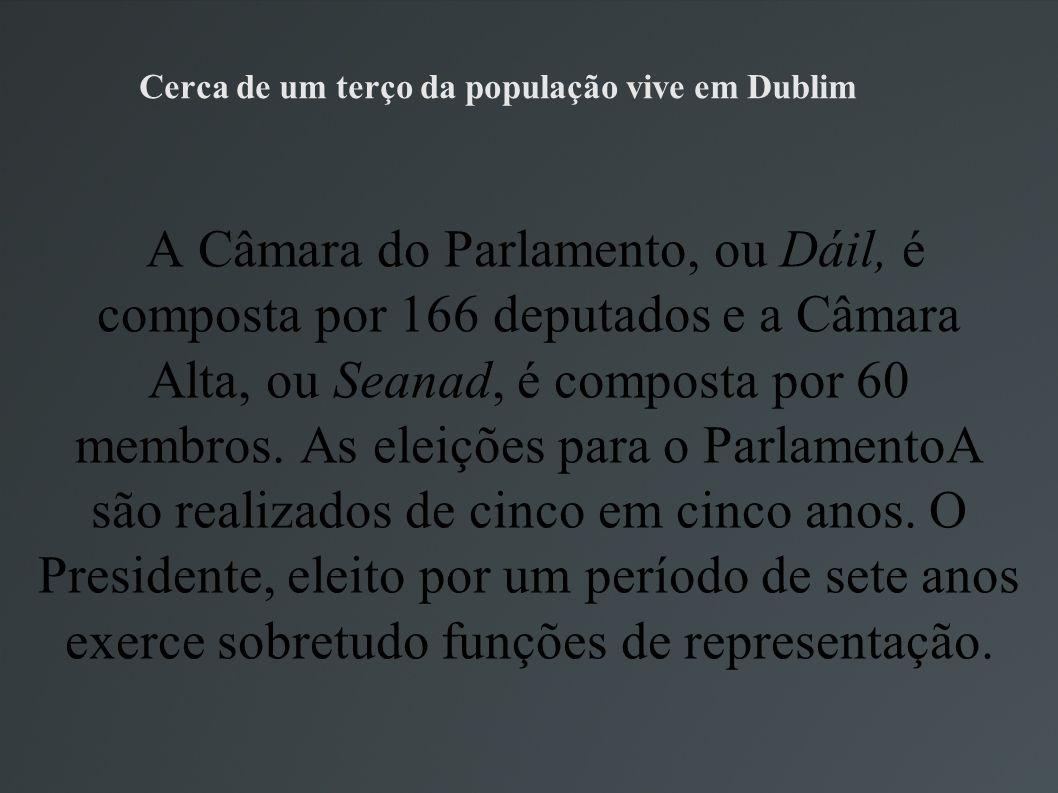 Cerca de um terço da população vive em Dublim A Câmara do Parlamento, ou Dáil, é composta por 166 deputados e a Câmara Alta, ou Seanad, é composta por