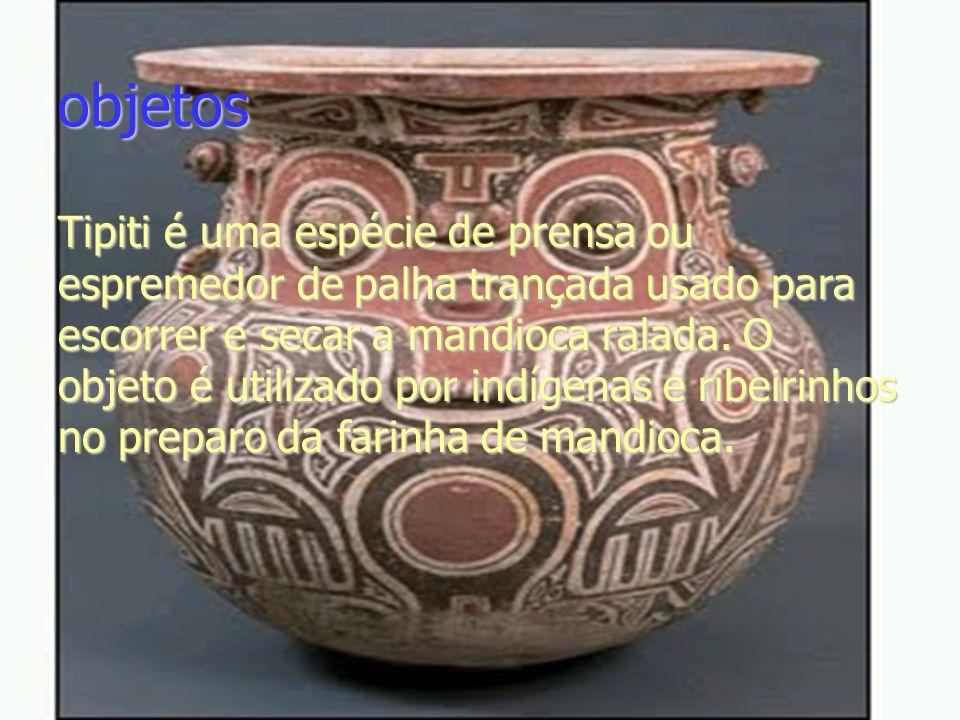objetos Tipiti é uma espécie de prensa ou espremedor de palha trançada usado para escorrer e secar a mandioca ralada. O objeto é utilizado por indígen
