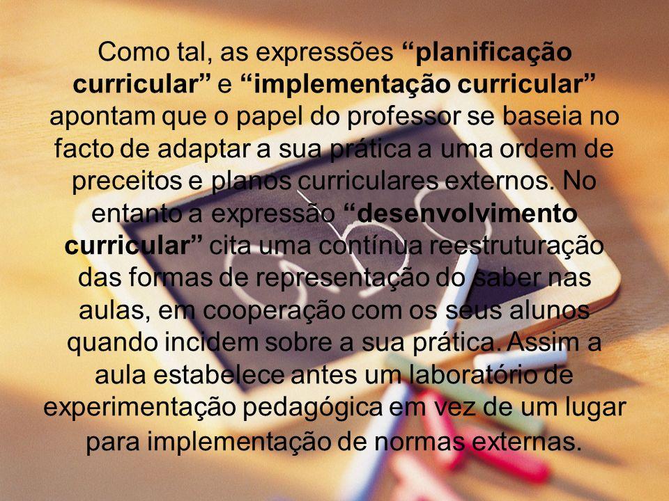 Como tal, as expressões planificação curricular e implementação curricular apontam que o papel do professor se baseia no facto de adaptar a sua prátic