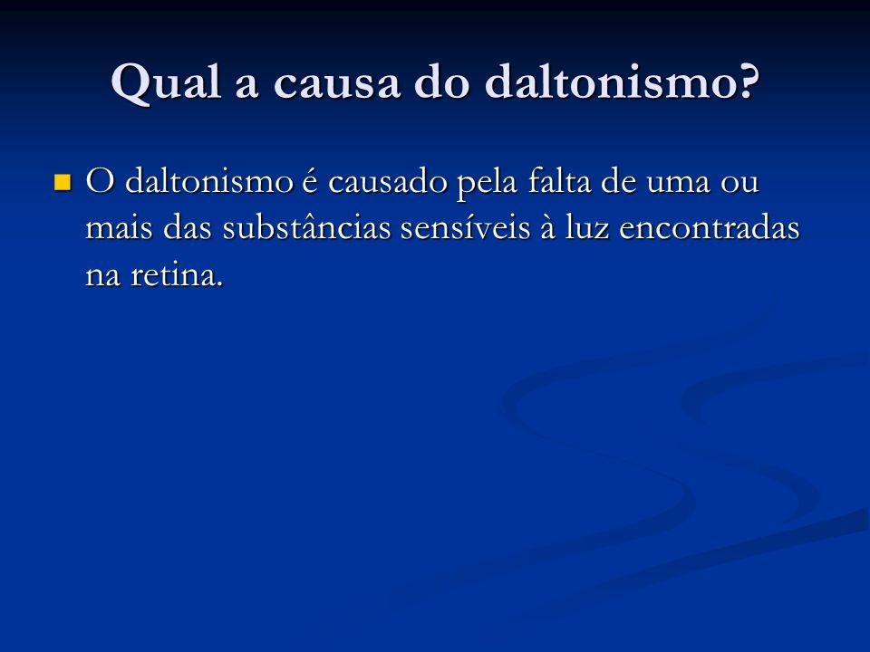 Qual a causa do daltonismo? O daltonismo é causado pela falta de uma ou mais das substâncias sensíveis à luz encontradas na retina. O daltonismo é cau