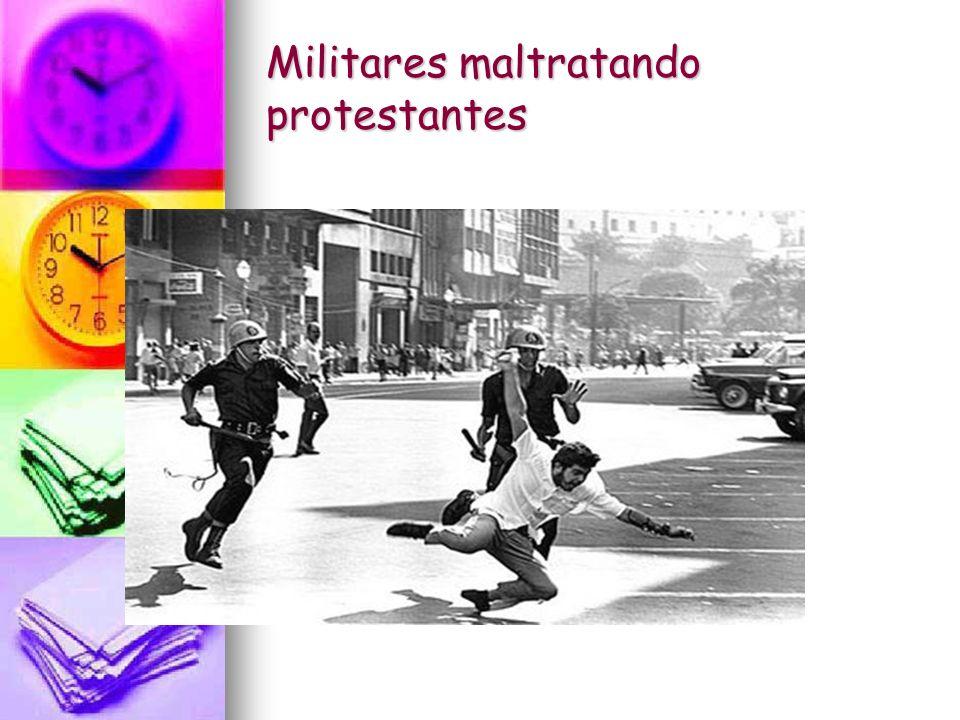 Pessoas protestando a Ditadura
