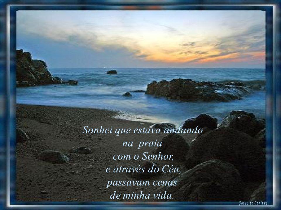 Sonhei que estava andando na praia com o Senhor, e através do Céu, passavam cenas de minha vida.