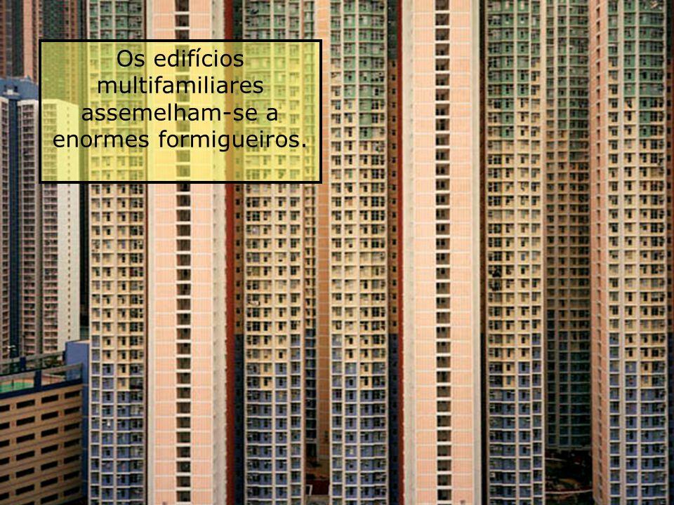 Aqui vivem milhares de famílias Os transportes e as unidades habitacionales fazem com que as pessoas se sintam... comprimidas, amontonadas, espremidas