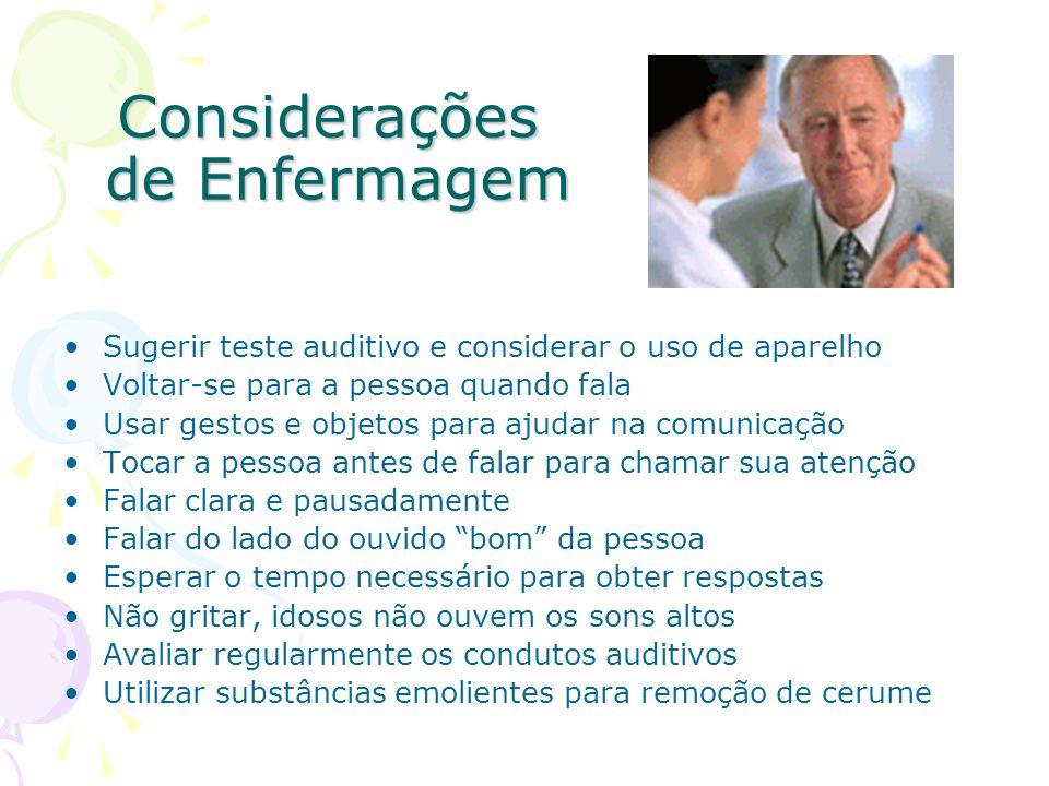 Considerações de Enfermagem Sugerir teste auditivo e considerar o uso de aparelho Voltar-se para a pessoa quando fala Usar gestos e objetos para ajuda