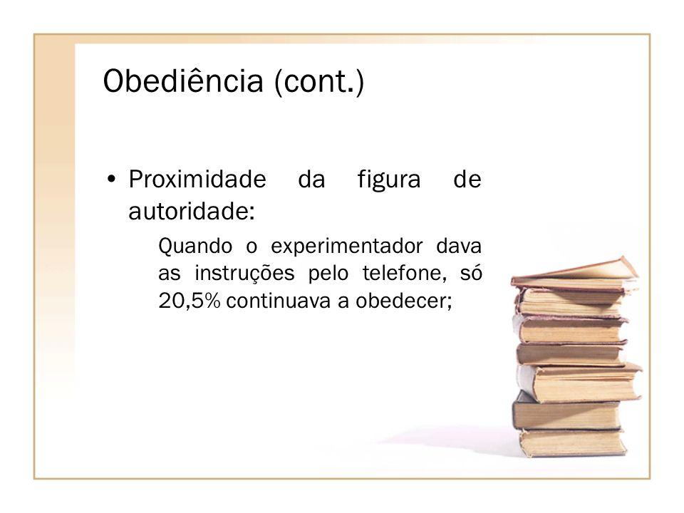 Obediência (cont.) Proximidade da figura de autoridade: Quando o experimentador dava as instruções pelo telefone, só 20,5% continuava a obedecer;