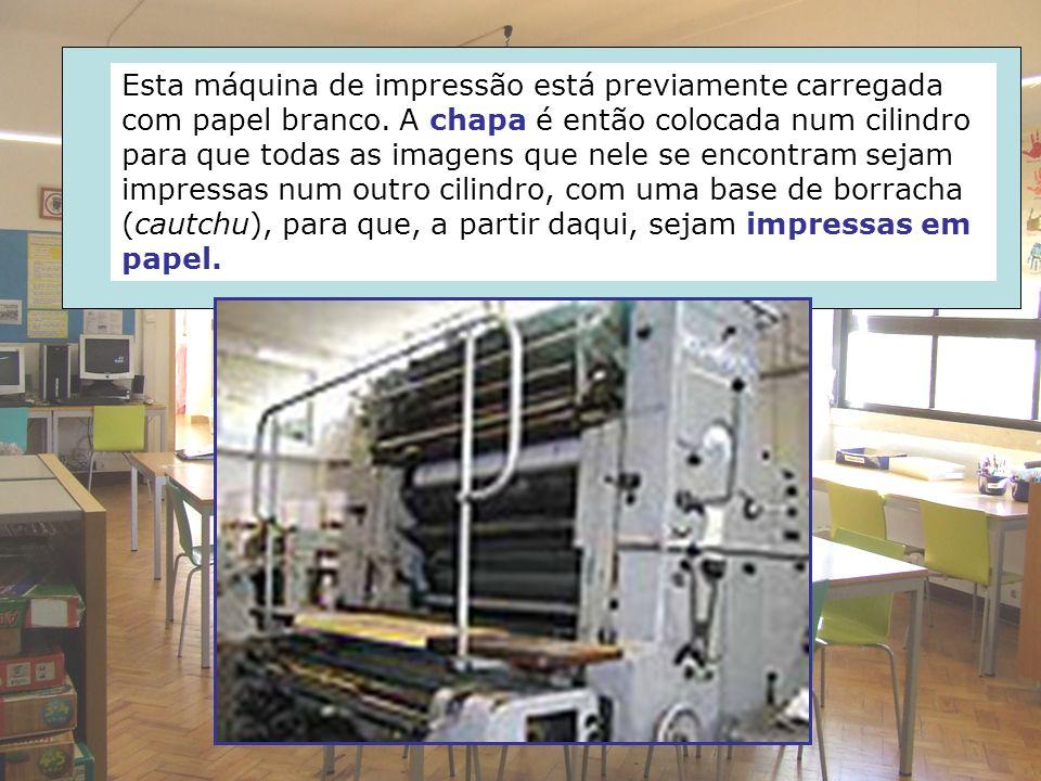 Esta máquina de impressão está previamente carregada com papel branco. A chapa é então colocada num cilindro para que todas as imagens que nele se enc