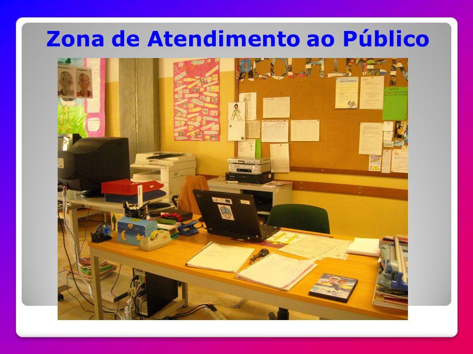 A Biblioteca Escolar está dividida em 7 zonas: Atendimento ao público Leitura Informal Leitura e consulta Produção gráfica Trabalho de grupo Multimédia Audio-visual