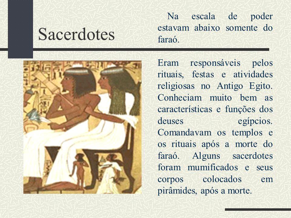 Sacerdotes Na escala de poder estavam abaixo somente do faraó. Eram responsáveis pelos rituais, festas e atividades religiosas no Antigo Egito. Conhec