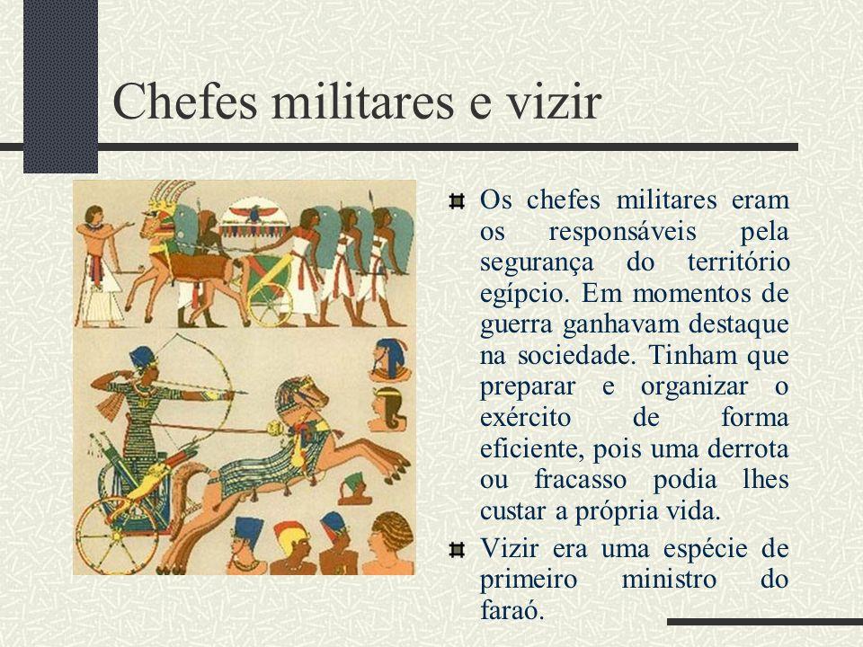 Chefes militares e vizir Os chefes militares eram os responsáveis pela segurança do território egípcio. Em momentos de guerra ganhavam destaque na soc
