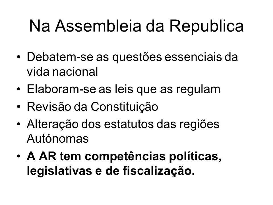 Na Assembleia da Republica Debatem-se as questões essenciais da vida nacional Elaboram-se as leis que as regulam Revisão da Constituição Alteração dos estatutos das regiões Autónomas A AR tem competências políticas, legislativas e de fiscalização.