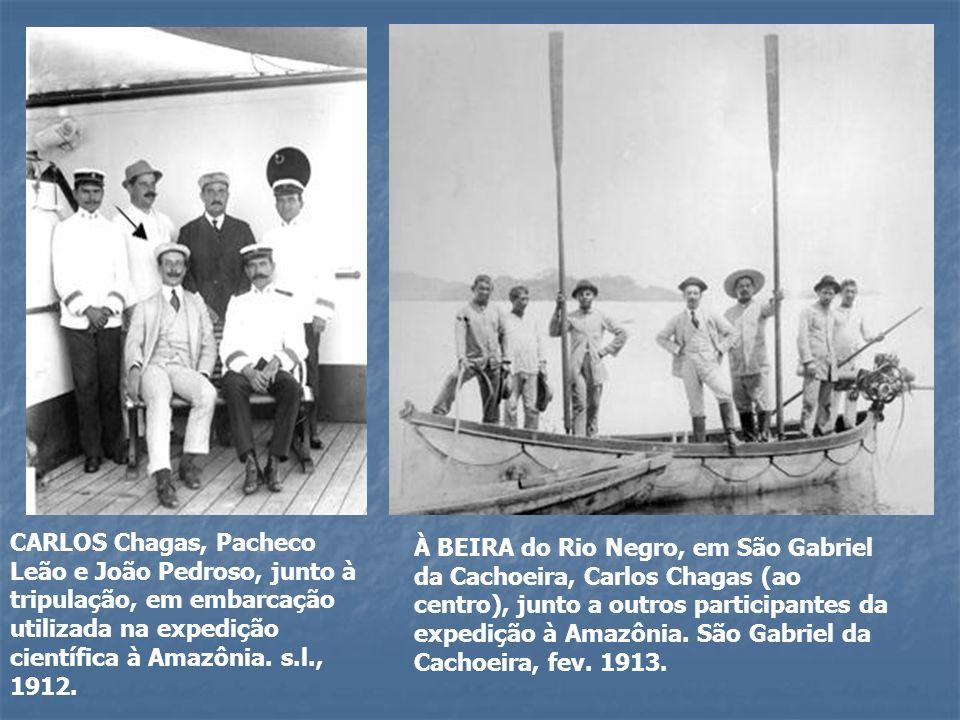 CARLOS Chagas, Pacheco Leão e João Pedroso, junto à tripulação, em embarcação utilizada na expedição científica à Amazônia. s.l., 1912. À BEIRA do Rio