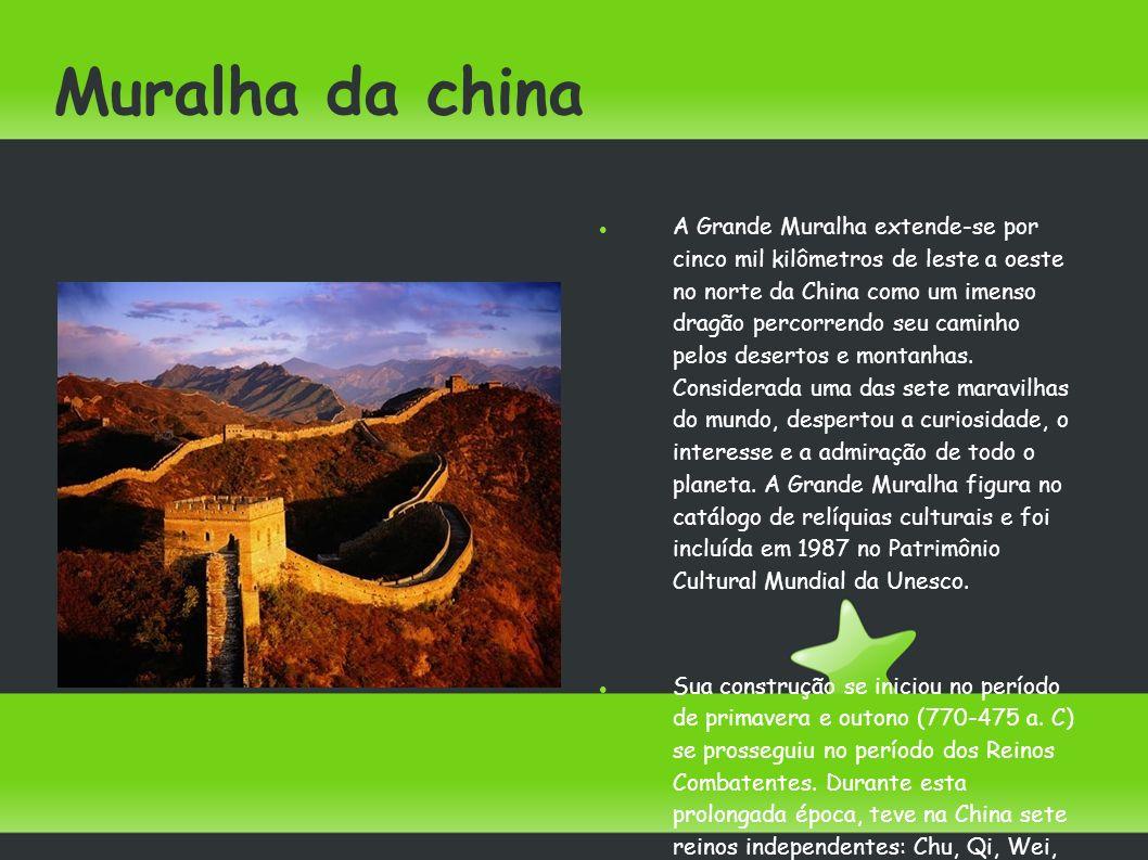Muralha da china A Grande Muralha extende-se por cinco mil kilômetros de leste a oeste no norte da China como um imenso dragão percorrendo seu caminho