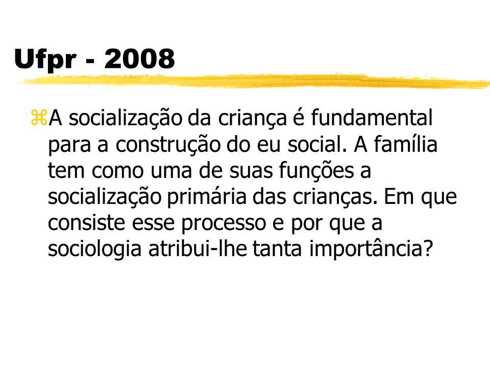 Ufpr - 2008 zA socialização da criança é fundamental para a construção do eu social. A família tem como uma de suas funções a socialização primária da