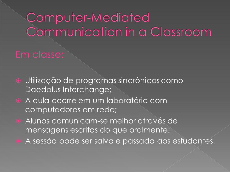 Em classe: Utilização de programas sincrônicos como Daedalus Interchange; A aula ocorre em um laboratório com computadores em rede; Alunos comunicam-s