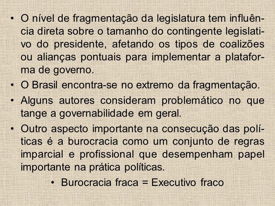 O nível de fragmentação da legislatura tem influên- cia direta sobre o tamanho do contingente legislati- vo do presidente, afetando os tipos de coaliz