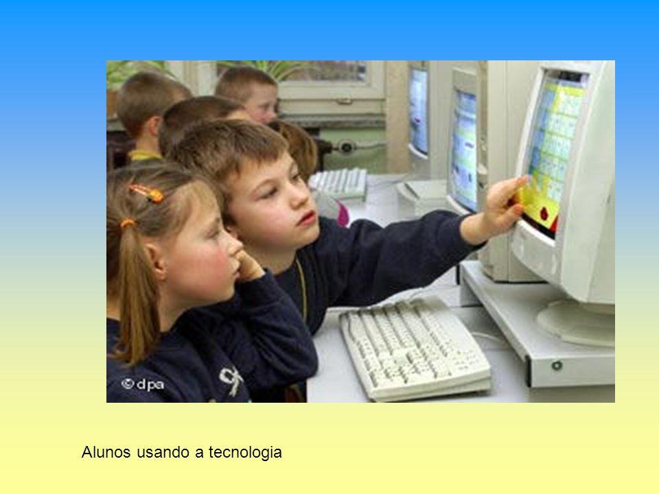 Alunos usando a tecnologia