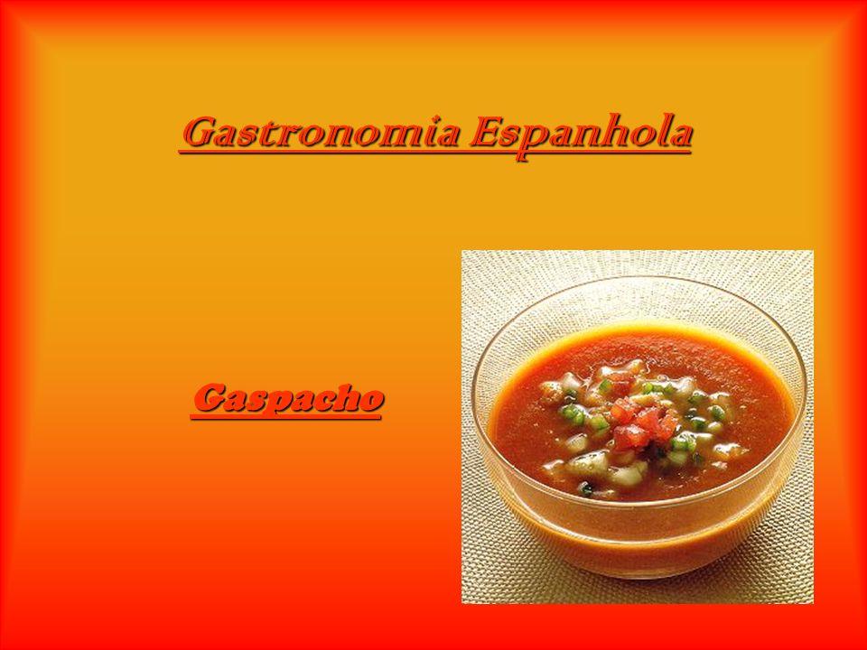 Ingredientes: 3 fatias de pão 2 pepinos pequenos (ou um grande) 4 tomates maduros 2 pimentos verdes pequenos (ou um pepino grande) 4 colheres (sopa) de azeite 1 l de água gelada 2 dentes de alho 3 colheres (sopa) de vinagre, sal, pimenta e gelo q.b.