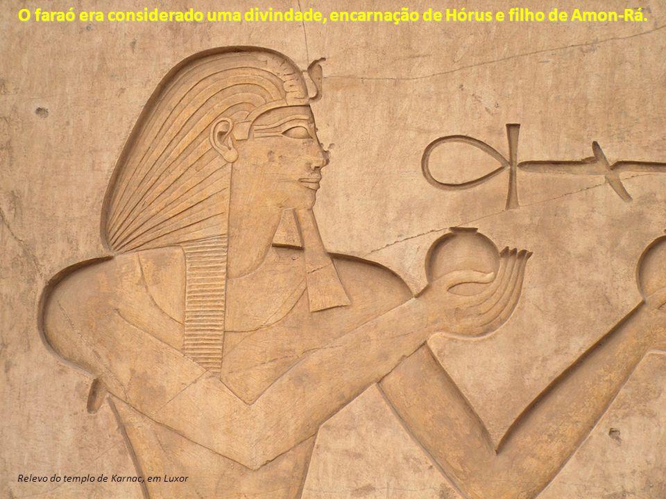 O faraó era considerado uma divindade, encarnação de Hórus e filho de Amon-Rá. Relevo do templo de Karnac, em Luxor