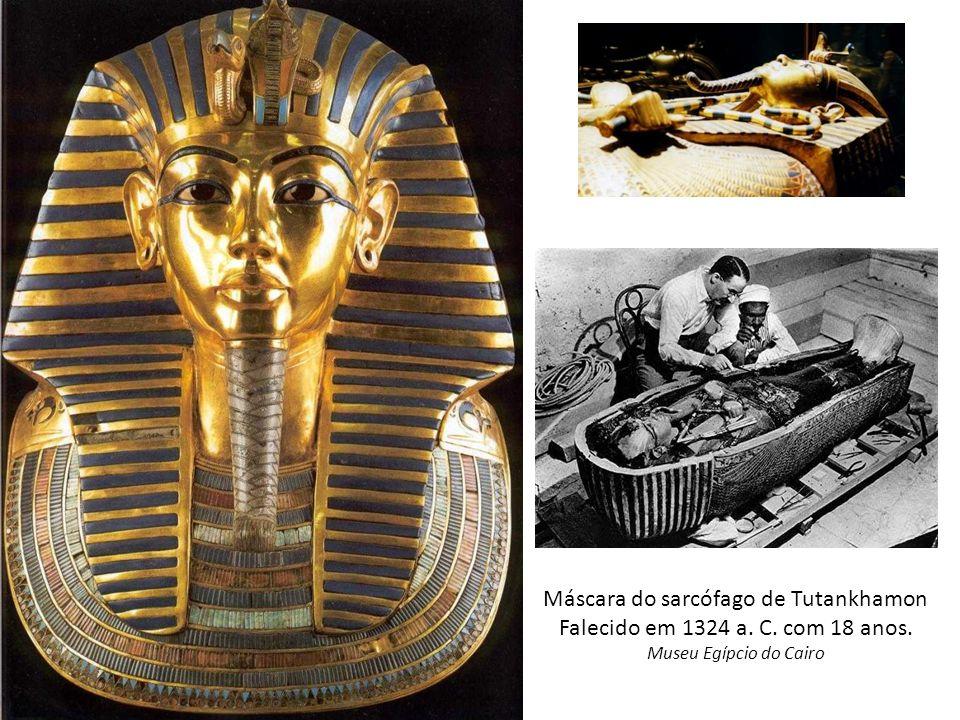 Máscara do sarcófago de Tutankhamon Falecido em 1324 a. C. com 18 anos. Museu Egípcio do Cairo