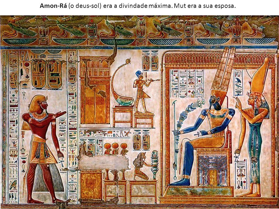 O faraó era considerado uma divindade, encarnação de Hórus e filho de Amon-Rá.