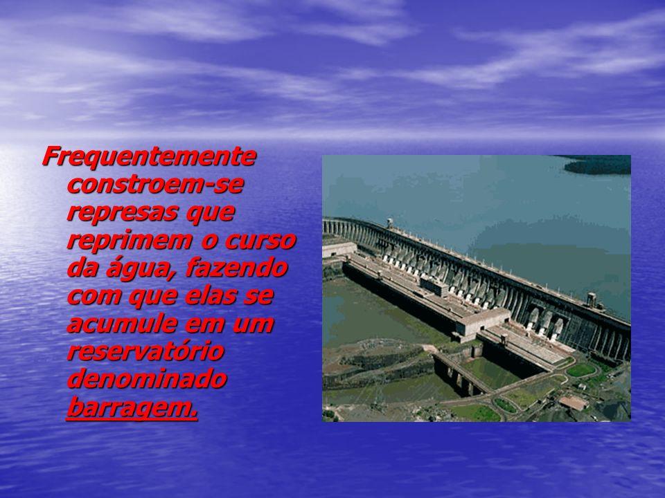 Frequentemente constroem-se represas que reprimem o curso da água, fazendo com que elas se acumule em um reservatório denominado barragem.