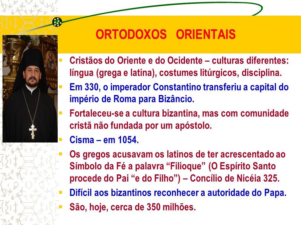 ORTODOXOS ORIENTAIS Cristãos do Oriente e do Ocidente – culturas diferentes: língua (grega e latina), costumes litúrgicos, disciplina. Em 330, o imper