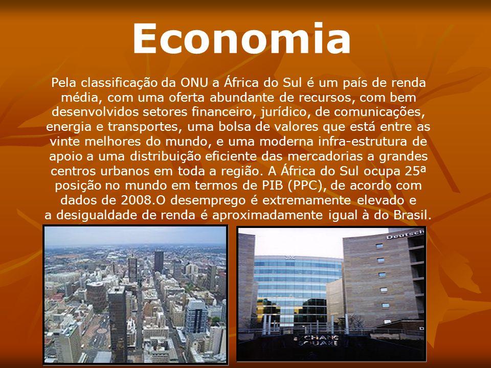 Economia Pela classificação da ONU a África do Sul é um país de renda média, com uma oferta abundante de recursos, com bem desenvolvidos setores finan