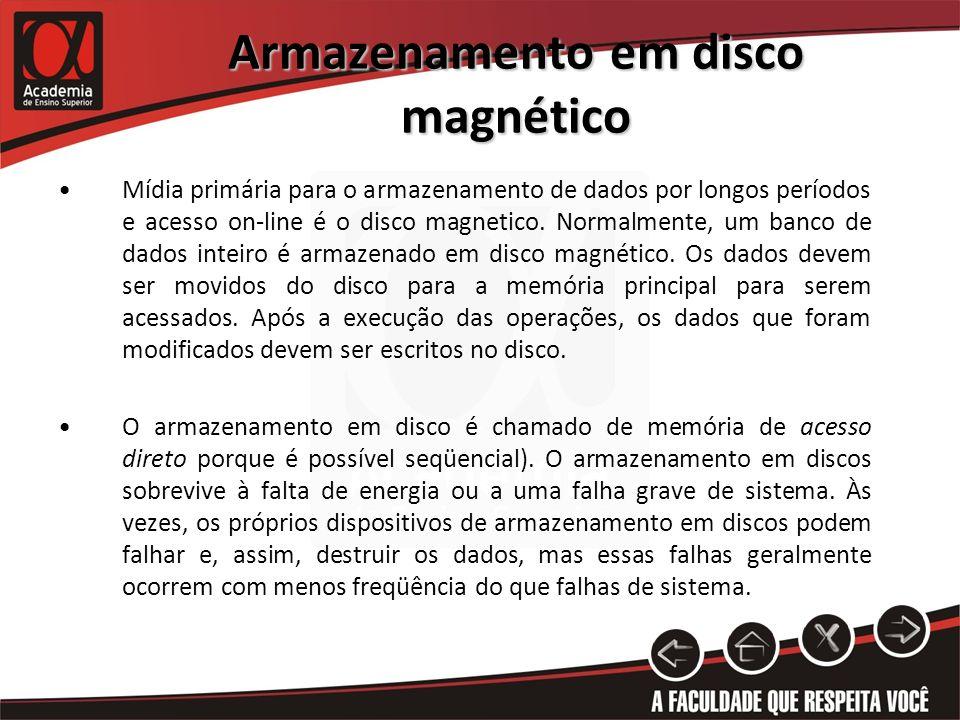 Armazenamento em disco magnético Mídia primária para o armazenamento de dados por longos períodos e acesso on-line é o disco magnetico. Normalmente, u