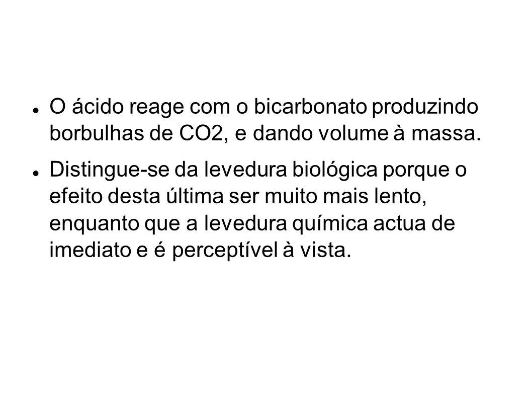 O ácido reage com o bicarbonato produzindo borbulhas de CO2, e dando volume à massa. Distingue-se da levedura biológica porque o efeito desta última s