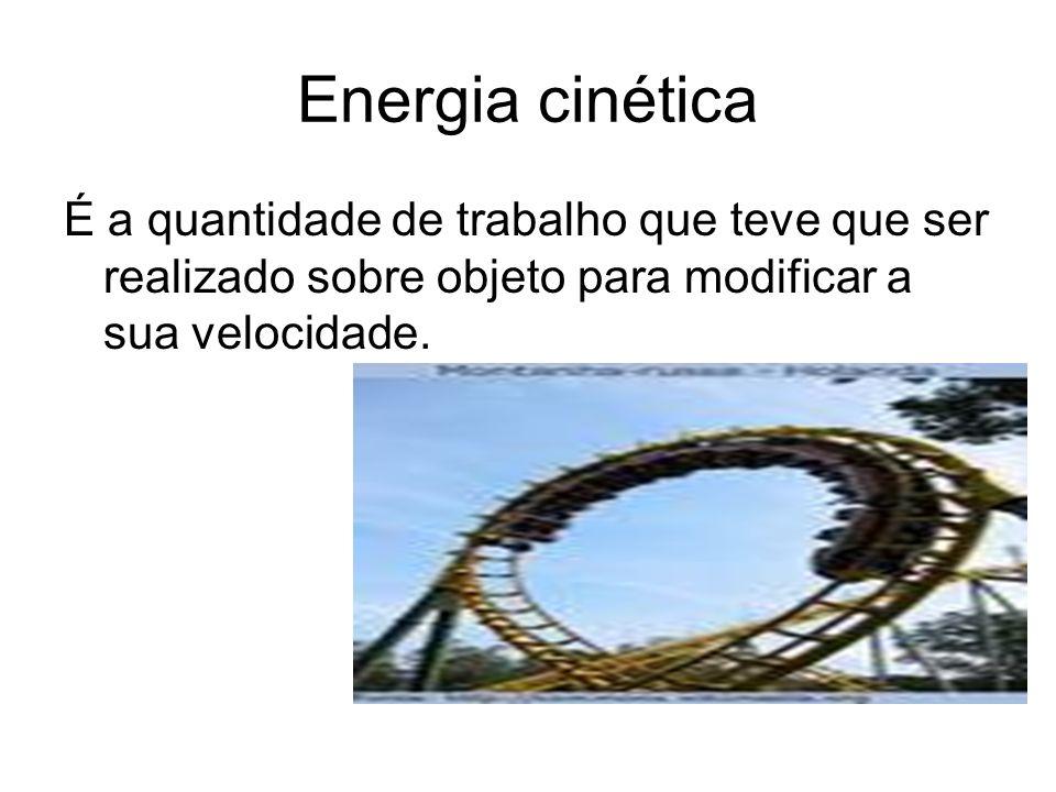 Energia cinética É a quantidade de trabalho que teve que ser realizado sobre objeto para modificar a sua velocidade.
