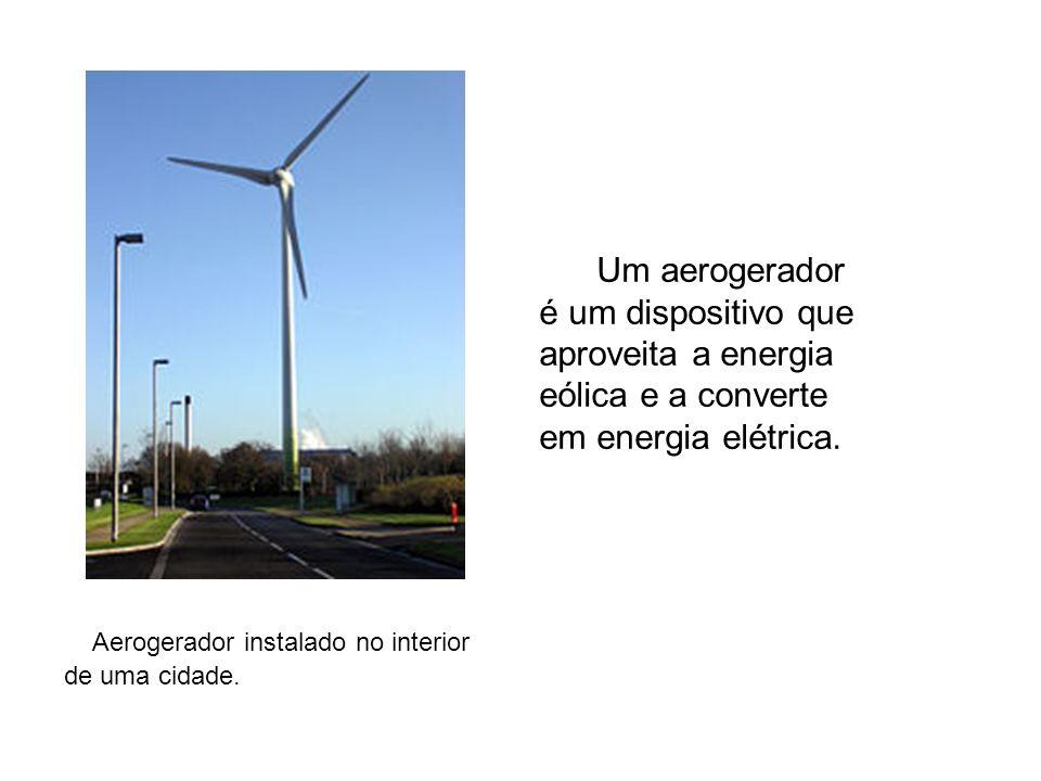 Aerogerador instalado no interior de uma cidade. Um aerogerador é um dispositivo que aproveita a energia eólica e a converte em energia elétrica.