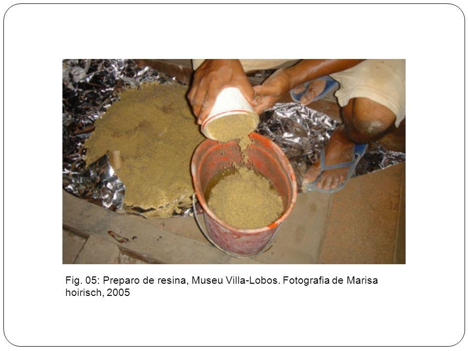 Fig. 05: Preparo de resina, Museu Villa-Lobos. Fotografia de Marisa hoirisch, 2005