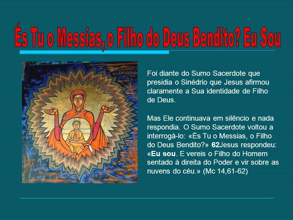 Mas Ele continuava em silêncio e nada respondia. O Sumo Sacerdote voltou a interrogá-lo: «És Tu o Messias, o Filho do Deus Bendito?» 62Jesus respondeu