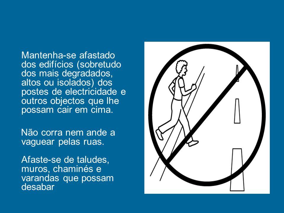 Mantenha-se afastado dos edifícios (sobretudo dos mais degradados, altos ou isolados) dos postes de electricidade e outros objectos que lhe possam cai