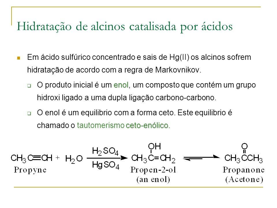 Hidratação de alcinos catalisada por ácidos Em ácido sulfúrico concentrado e sais de Hg(II) os alcinos sofrem hidratação de acordo com a regra de Markovnikov.