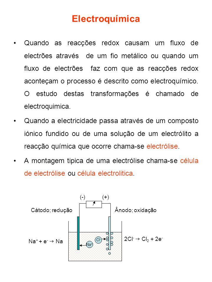 Reacções electroliticas em meio aquoso Estas reacções são mais complicadas de prever dado que pode ocorrer oxidação e redução da água: 2H 2 O (l) + 2e - H 2 (g) + 2OH - (aq)(cátodo) 2H 2 O (l) O 2 (g) + 4H + (aq) + 4e - (ânodo) Quando KNO 3 está na solução, os iões K + movem-se em direcção ao cátodo onde vão associar-se com os OH - à medida que estes se vão formando.