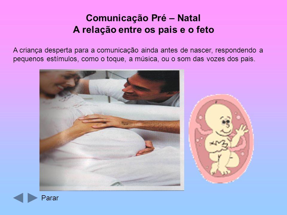 A criança desperta para a comunicação ainda antes de nascer, respondendo a pequenos estímulos, como o toque, a música, ou o som das vozes dos pais.